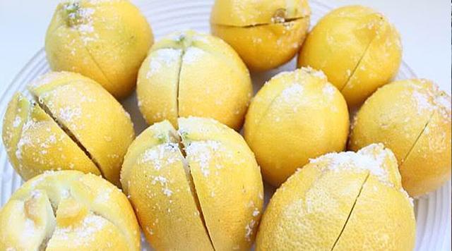 on-razrezal-limon-i-zasypal-ego-solyu-3